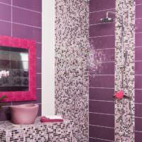 Дизайн фиолетовой ванной с мозаичным декором
