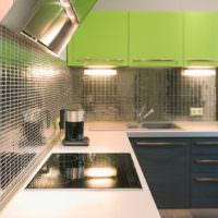Зеркальная мозаика и зеленые фасады в дизайне кухни