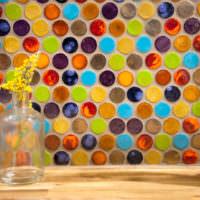 Яркие круглые детали стеклянной мозаики