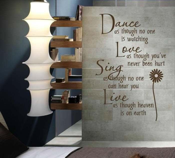 Надпись на английском языке в интерьере гостиной