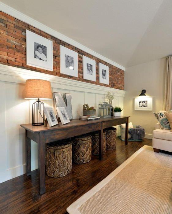 Стильный деревянный столик в декоре гостиной