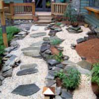 Камни и гравий в оформлении внутреннего дворика