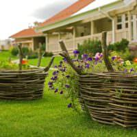 Плетенные вазоны для декорирования сада