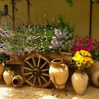 Старые вазы и телега для цветов