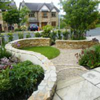 Декорирование двора каменными стенками
