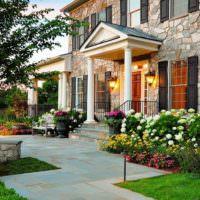 Оформление парадного входа в частный дом цветами и кустарниками