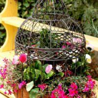Оригинальная ваза для цветов из старой птичьей клетки