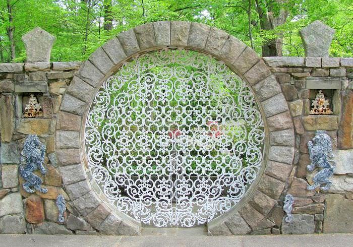 Красивый каменный забор с кованными элементами