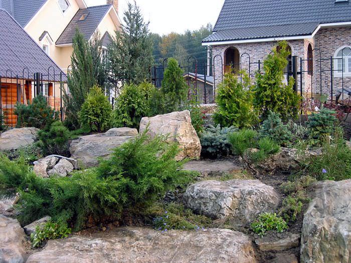 Крупные камни в ландшафтном дизайне частного сада