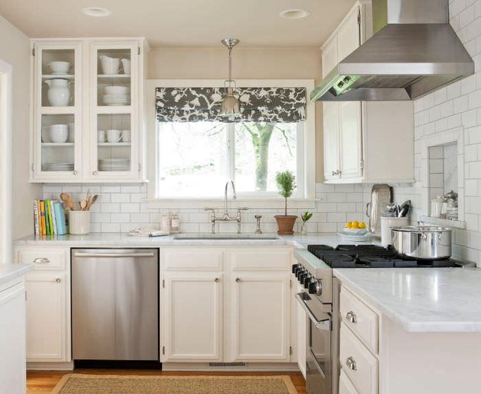 Отделка стен кухни белой керамической плиткой