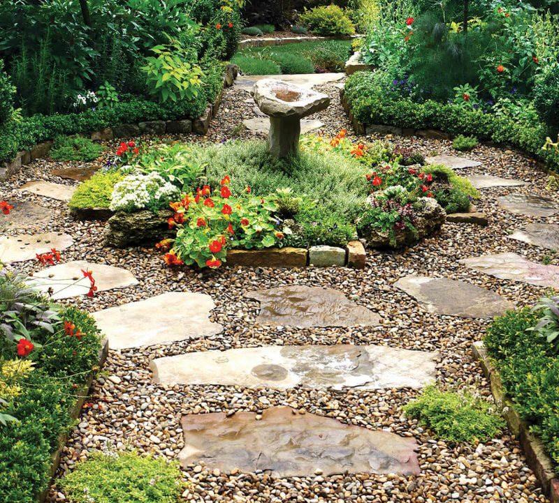 Комбинированная садовая дорожка из камня с засыпкой мелким гравием