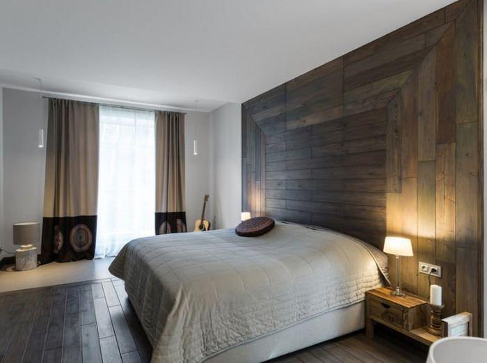 Отделка стены над кроватью ламинатными панелями с использованием смешанной укладки
