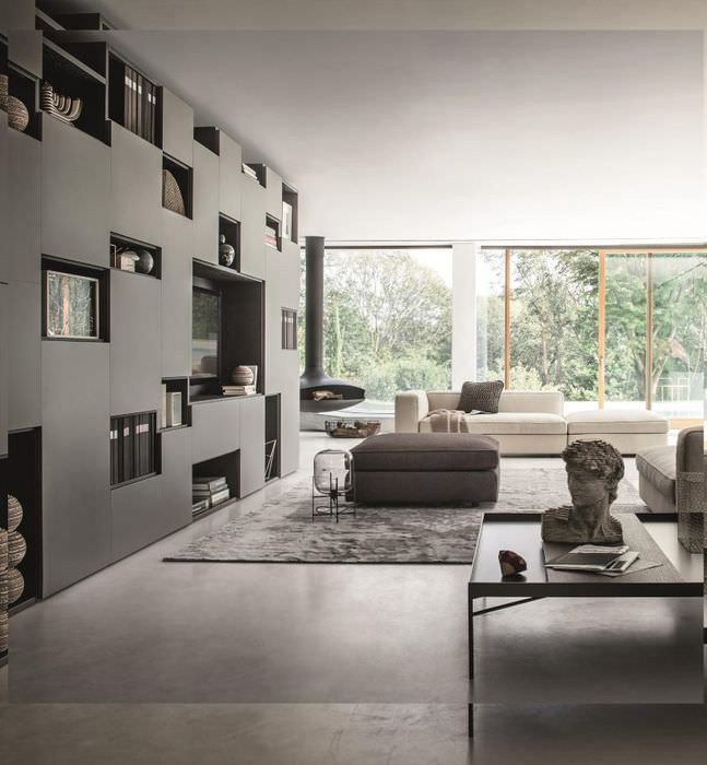 Серый стеллаж с комбинированными полками в интерьере модной гостиной