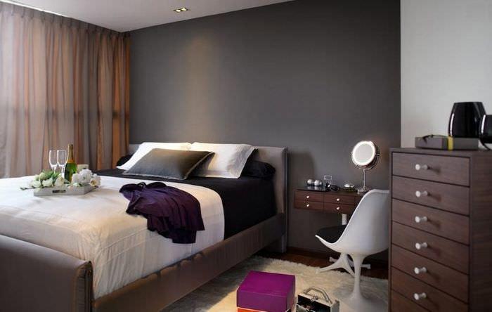 Оттенки коричневого цвета в интерьере темной спальни