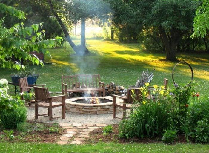Оформление зоны отдыха в саду со старыми деревьями