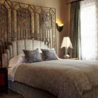 Красивое оформление стены над изголовьем кровати
