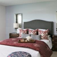 Яркие подушки в оформлении спальни