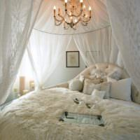 Легкий белый балахон над кроватью супругов