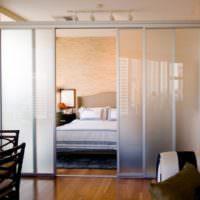 Раздвижная полупрозрачная перегородка в спальне
