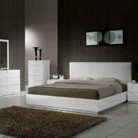Белая кровать в темной спальне
