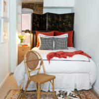 Ширма за изголовьем кровати в узкой спальне