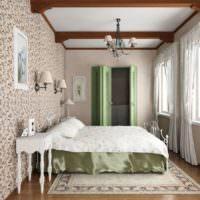 Деревянные балки на потолке спальни