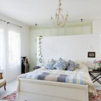 Раритетная мебель в интерьере спальни загородного дома