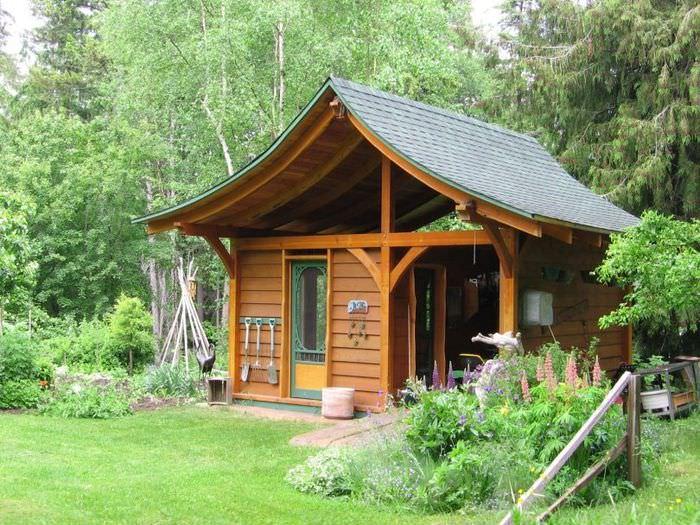 Красивый сарай в ландшафтном дизайне садового участка