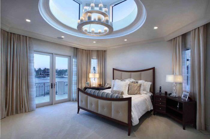 Светлая спальня с темной кроватью в стиле неоклассики