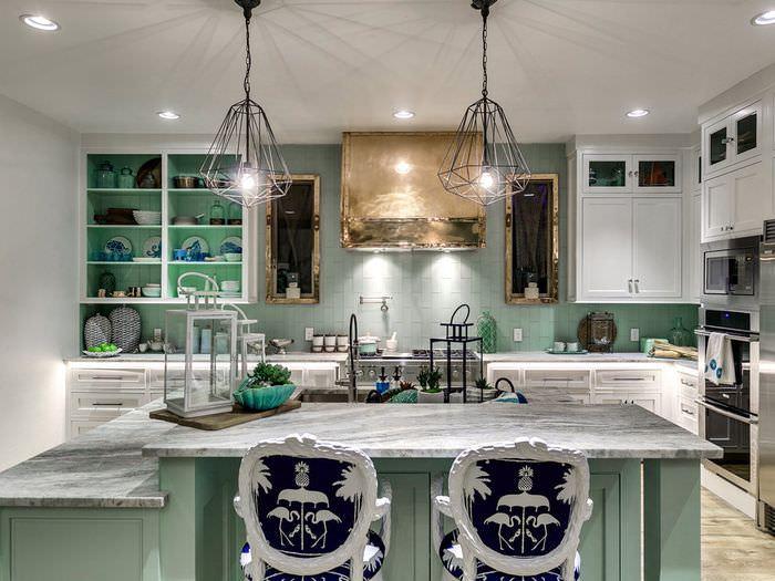 Современная кухня в морском стиле с мятной мебелью
