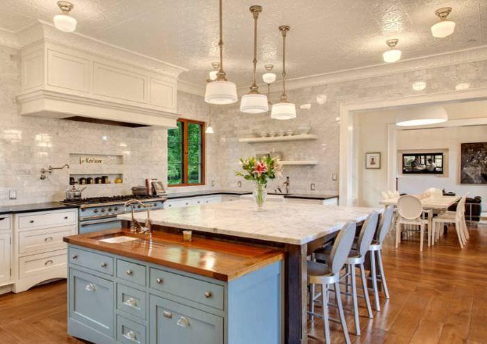 Богатый интерьер кухни в неоклассическом стиле