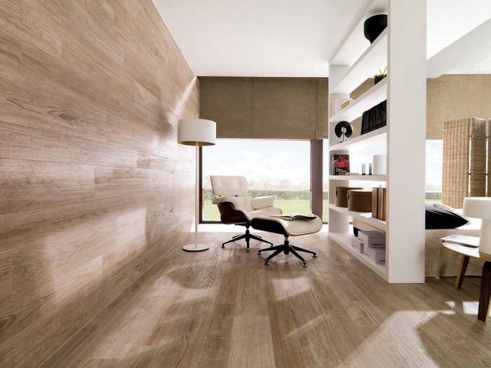 Облицовка стен и пола гостиной ламинатными панелями