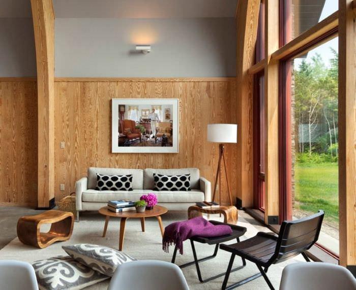 Светло-коричневый ламинат на стен комнаты в загородного доме