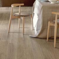 Деревянные стулья и светло-коричневый ламинат