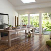 Деревянный стол на полу из ламината