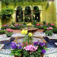 Вазоны с цветами вокруг дачного водоема