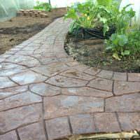 Мокрая садовая дорожка из натурального камня