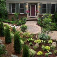 Оформление вечнозелеными растениями парадного входа дачного дома