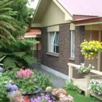 Палисадник дачного домика с цветущими растениями