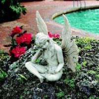 Статуэтка ангела в декоре садового участка