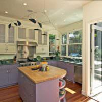 Лавандовые фасады кухонного гарнитура в кухне на даче