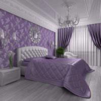 Лавандовое покрывало на кровати в женской спальне