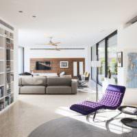 Лавандовое кресло в современной гостиной