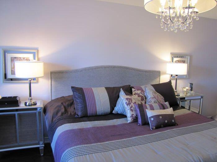 Интерьер спальной комнаты в лавандовых тонах с добавление серых акцентов