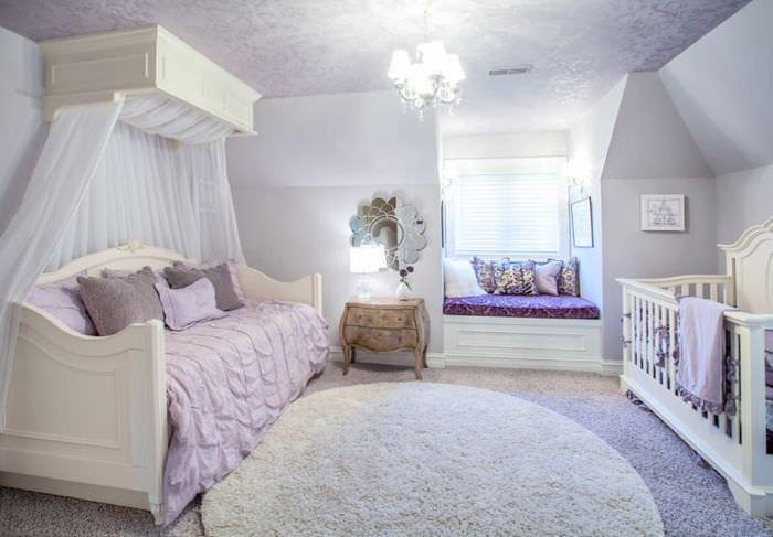 Интерьер комнаты с детской кроваткой в лавандовом цвете