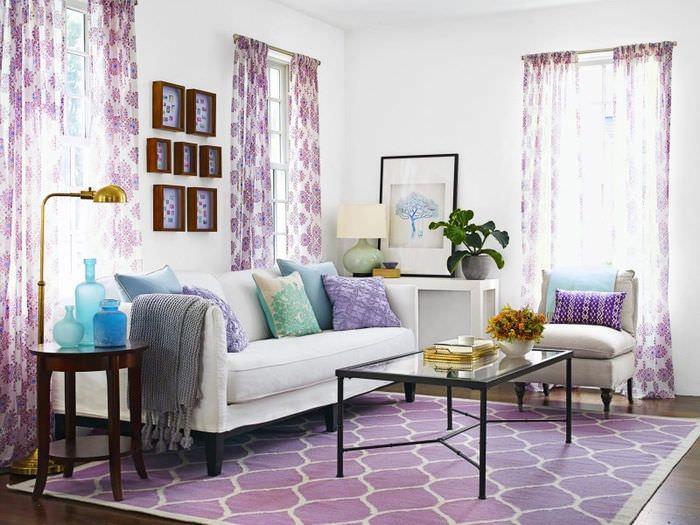 Белый диван в гостиной лавандовым текстилем