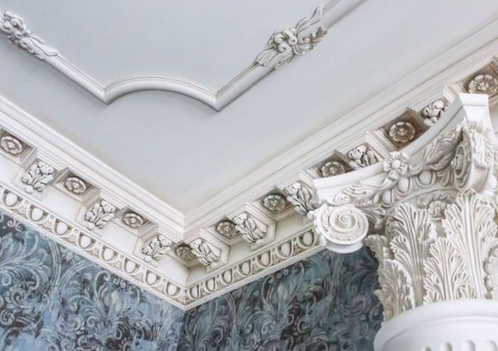Лепные украшения из гипса на потолке гостиной в стиле Ампир