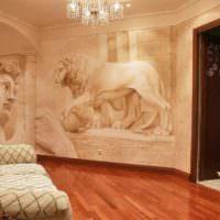 Объемная лепнина на стене гостиной комнаты