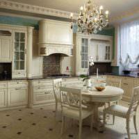 Кухня в классическом стиле с лепниной на потолке