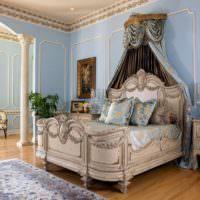 Лепные украшения в спальне загородного дома